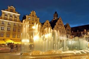 Rynek con fontana di sera