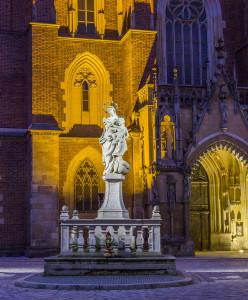 Statua di fronte alla Cattedrale